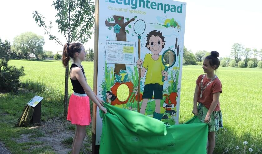 <p>Daan Kluts en Lisa van Garderen openen het Leughtenpad. (Foto: Rob van de Bor)</p>