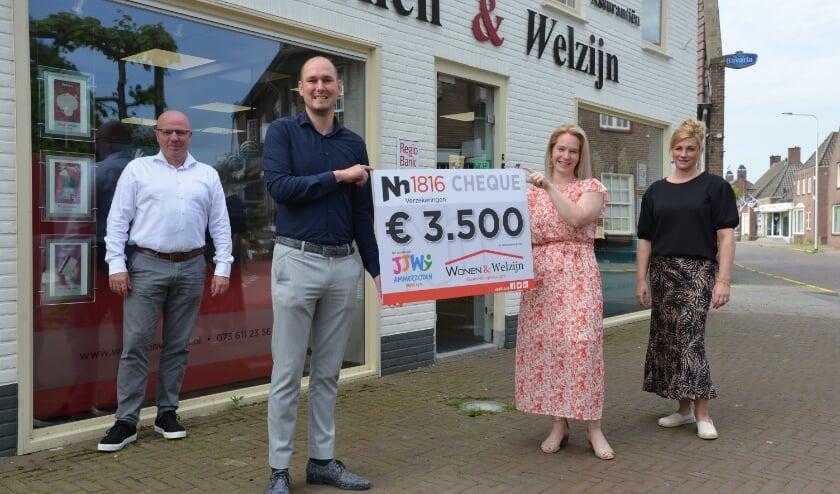 <p>&nbsp;Jeugd &amp; jongerenwerk Ammerzoden heeft een flinke cheque van 3.500 euro ontvangen van Wonen en Welzijn Assurantiën uit Ammerzoden.&nbsp;</p>