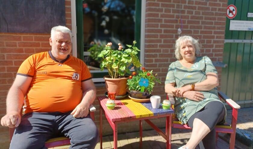 <p>Bewoner en medewerker Hans Jongenelen en co&ouml;rdinerend ondersteuner Marian Spruijt.</p>
