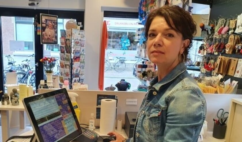 <p>Susan van Dijk staat met veel plezier iedere week een dagdeel in de Woerdense Wereldwinkel.</p>