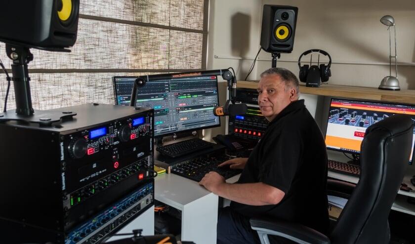 <p>Jan van Dam in actie in de studio van IJsselstreek Radio.</p>