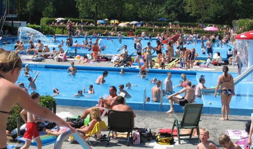<p>Zo ziet het bestuur van de Stichting De Vrije Slag het zwembad graag: lekker warm en lekker vol!</p>