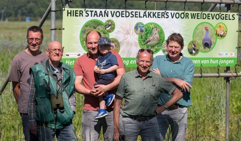 <p>Jan Hulkenberg, Jan Willem Bakker, Willem van Arem, Kees Bles en Frans Mulder zetten zich in de weidevogels te beschermen.</p>