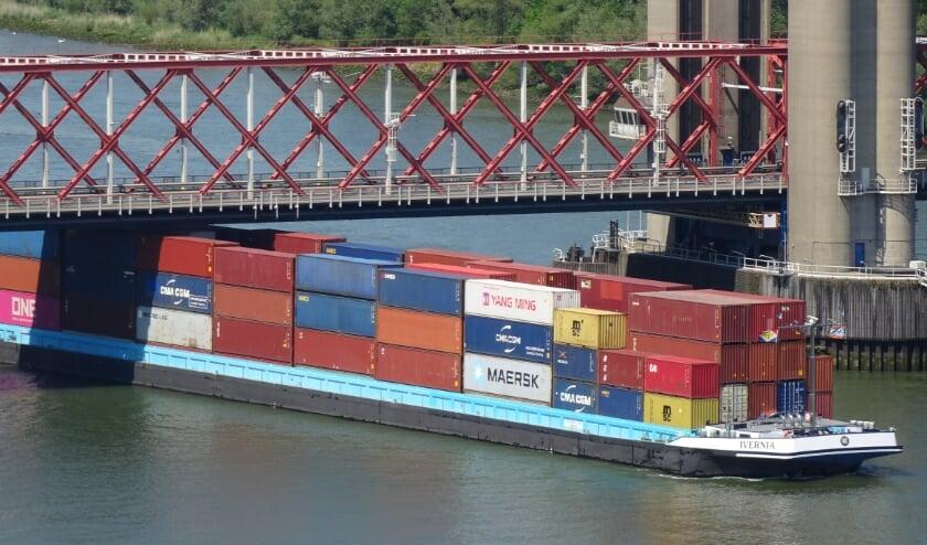<p>Slechts 30 centimeter vrije ruimte tussen bovenzijde lading van het binnenvaartschip en de onderzijde brugdek van de Spijkenisserbrug. Foto: Joop van der Hor</p>