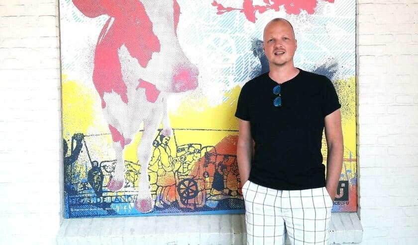 <p>Arjan van den Heuvel bij &eacute;&eacute;n van zijn kleurrijke kunstwerken waarmee hij het voormalige China Garden heeft versierd.</p>