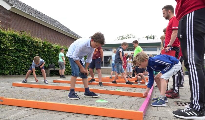 <p>Op basisschool De Wegwijzer in Nederhemert zijn de leerlingen geconcentreerd aan het werk. De knikkerkampioenschappen worden serieus genomen!</p>