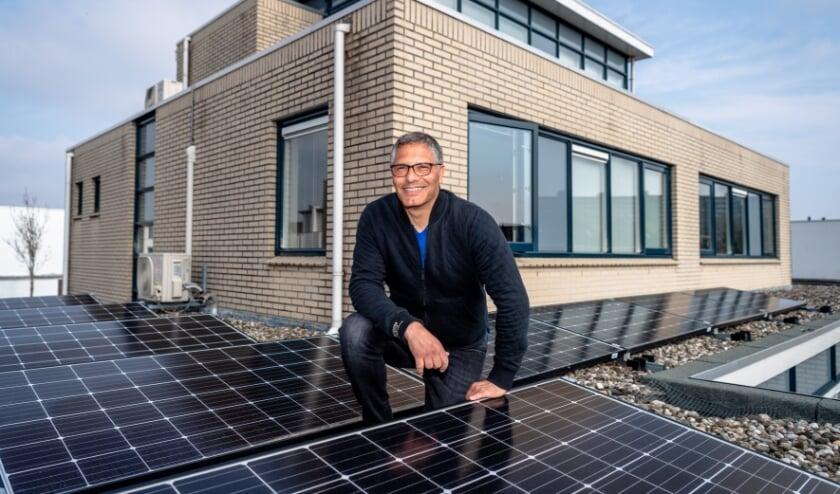 <p>Abe Knoop op het dak van zijn huis met zonnepanelen. Foto: Jan Kok</p>