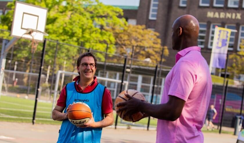<p>Voormalig NBA speler Francisco Elson brengt Diederik Gommers de fijne kneepjes bij van de basketbalsport</p>