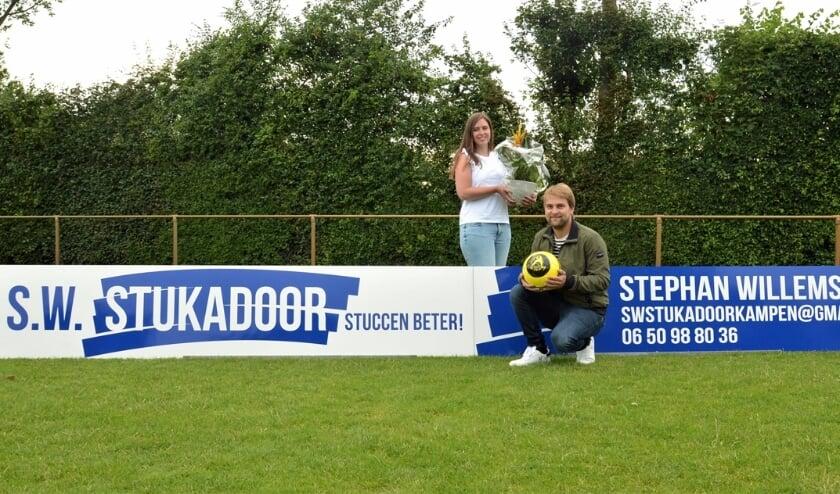 <p>Jeanette Wessels en Stefan Willems van SW Stukadoor bij het nieuwe reclamebord.</p>