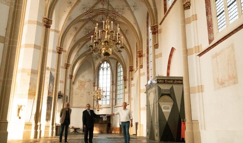 <p>Wim Bijkerk en Wil van Rijen overhandigen de nieuwe kerkgids aan burgemeester Van Maaren.</p>
