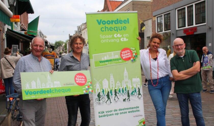 <p>Ondernemers Jaap Schimmel, Marcel Schalkwijk, Frits Mulder en eventmanager Judith de Bruin zijn blij met het succes van de spaaractie voor de voordeelcheque.</p>