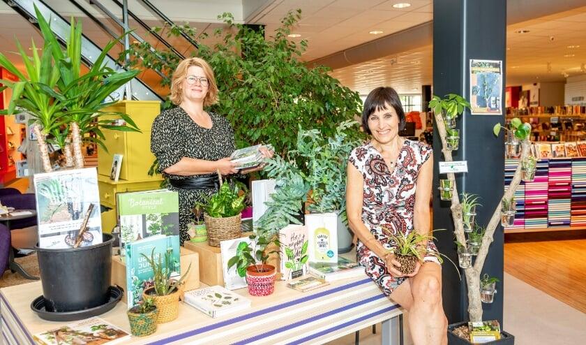 <p>Maaike de Smit van Bibliotheek Zaltbommel en Nelly Mastenbroek van PleegPlantje.&nbsp;</p>