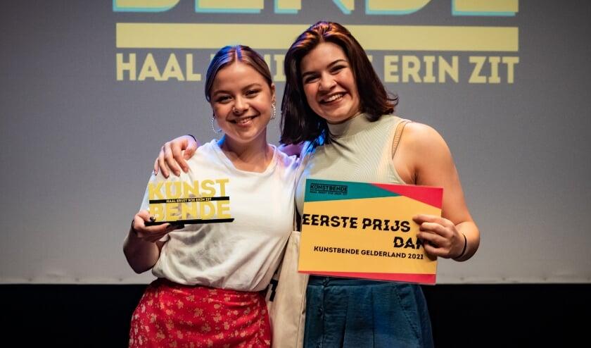 <p>Dilek Mohrmann (rechts) en Phoebe Verhoeven na hun overwinning.</p>