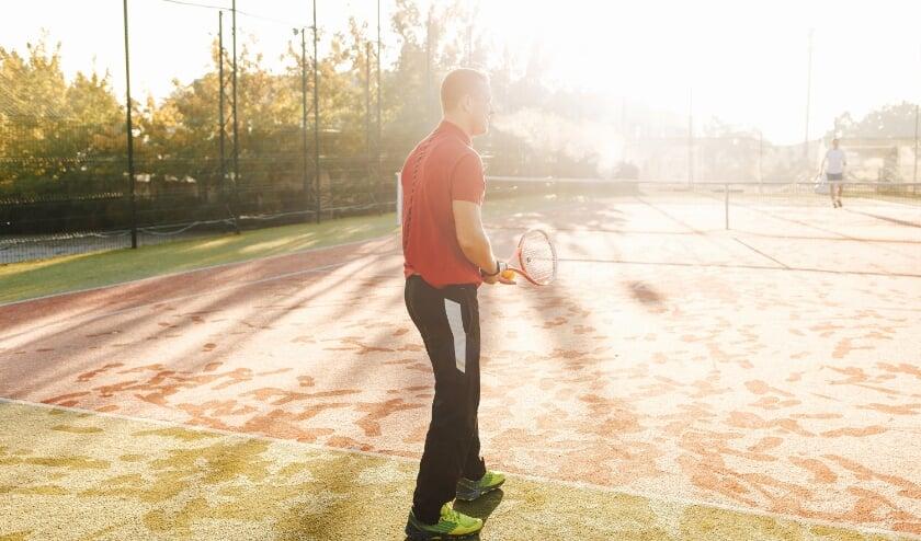 Tennis spelen in een stralende zon