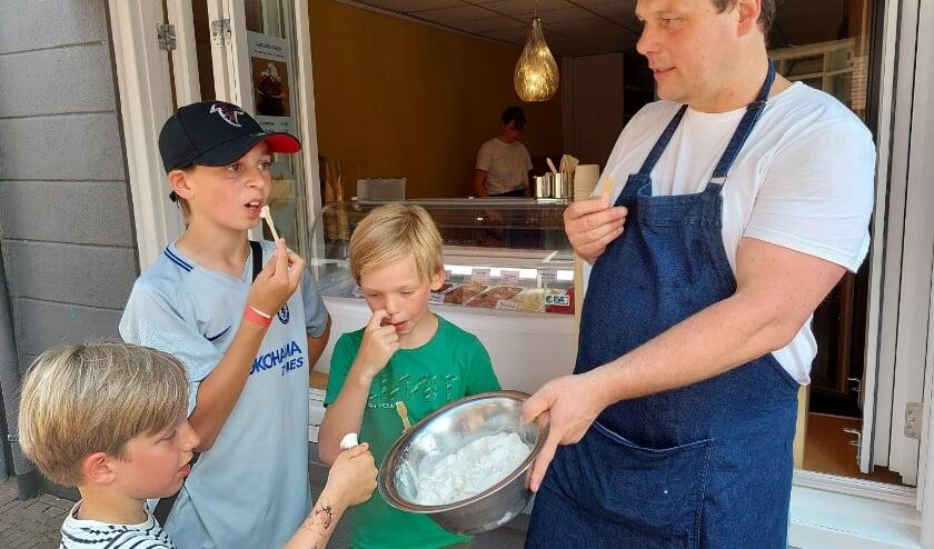 Menno laat kinderen het nieuwe ijsje proeven