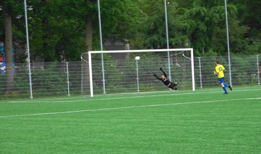 Een schitterende goal (afstandsschot) van DOVO JO15-1 in de wedstrijd tegen VRC JO15-1.