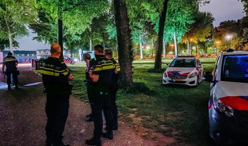 Politie grijpt in bij feest in Kralingse Bos.