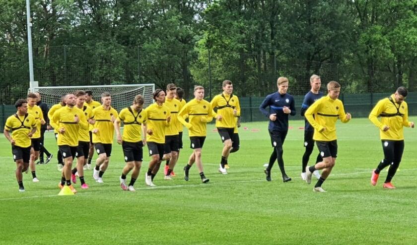 <p>Vitesse trapte het seizoen 2021-2022 af met de eerste training. Ook Wageninger Giovanni van Zwam (tweede van rechts) maakt in de voorbereiding deel uit van de selectie.</p>