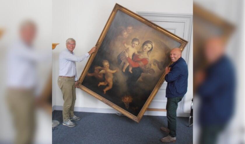 <p>Voorzitter Wim van Leeuwen (links) en Hans van Berckel brengen het schilderij terug in Delft.</p>