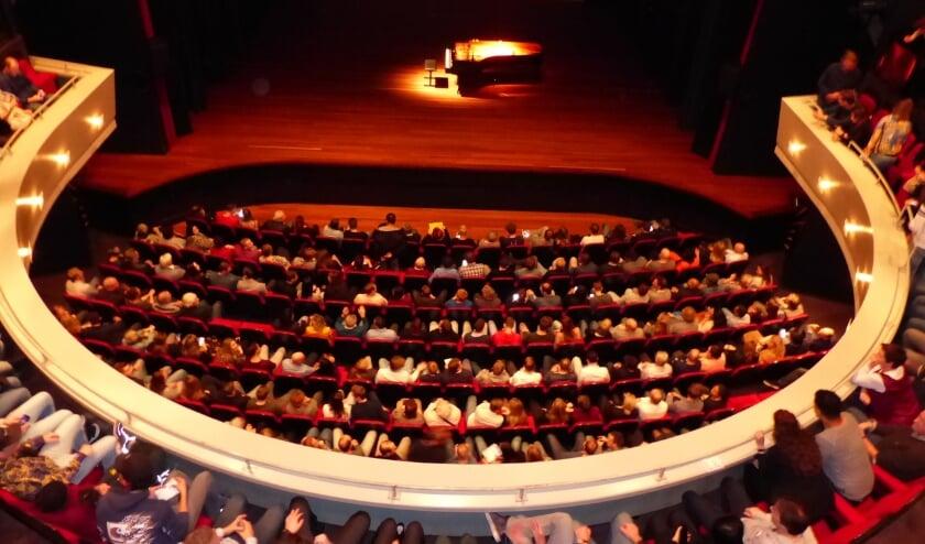 <p>Een volle zaal in het Isala Theater.</p>