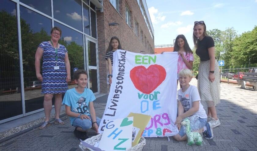 <p>Evelien Kenbeek (l) van &nbsp;het GHZ was blij verrast met de donatie vanut de Livingstoneschool. Rechts juf Carlijn &nbsp;van Bemmel. Foto: PR</p>