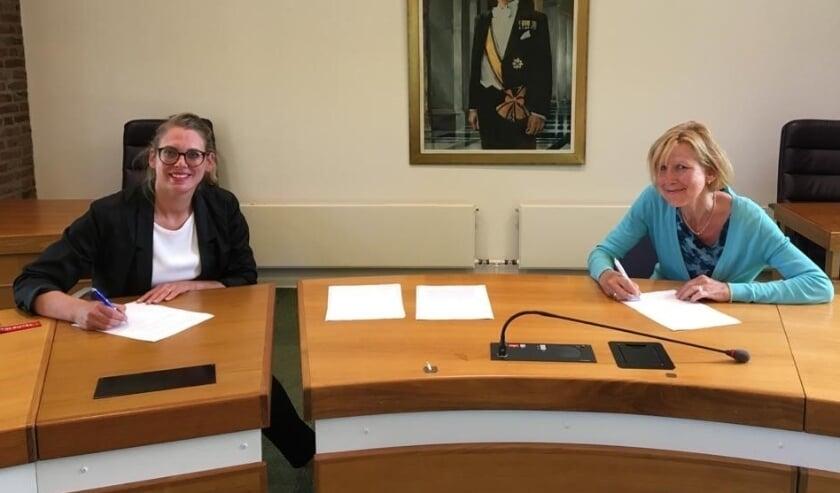 <p>Wethouder M.W. Storteboom van Nunspeet en J. Clasie, gedelegeerd bestuurder Omnia Wonen tekenen het convenant.</p>