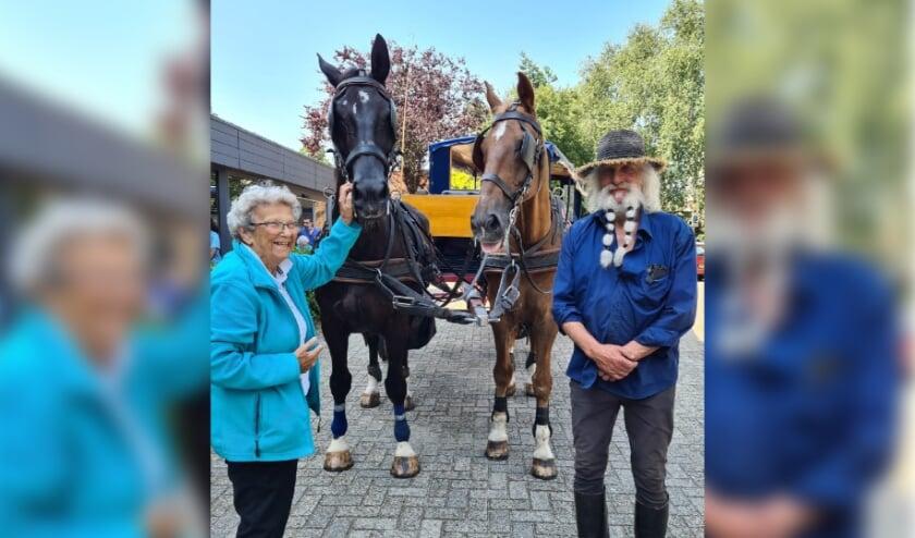 <p>Mw Bouwer-Koene (links) is een van de bewoners die heeft genoten van een gezellig ritje met de paardentram van Toon Paap (rechts).</p>