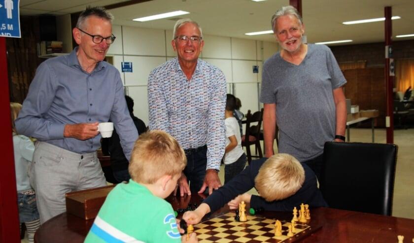 <p>Henny van Dijk, Wout van Leeuwen en Hans Weerdenburg volgen de verrichtingen van enkele jeugdleden van SKL.</p>