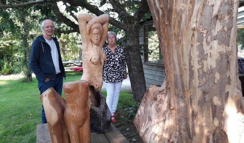 <p>Cees van Beukering en Jacqueline Vredenbregt werken samen met Nicole Bisschoff (niet op de foto) aan de kijkdoos - jubileumexpositie.</p>