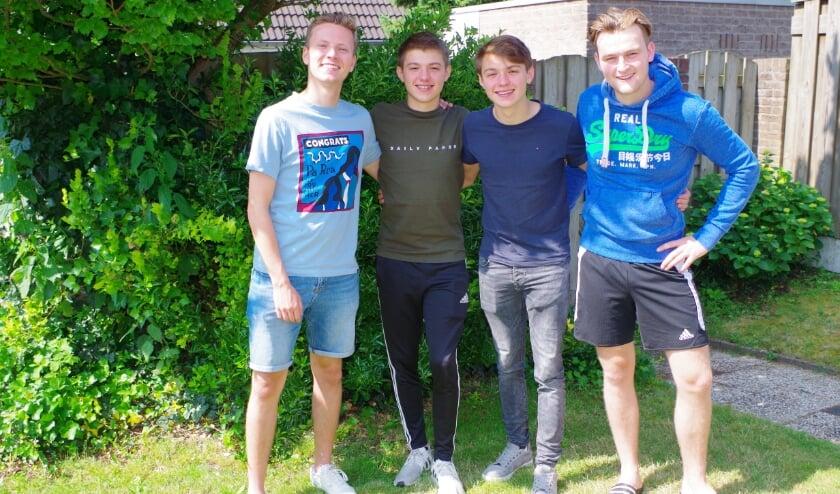 <p>Thomas, Bas, Tim en Jonathan organiseren drie Vakantie Voetbal Dage in in Elst.</p>
