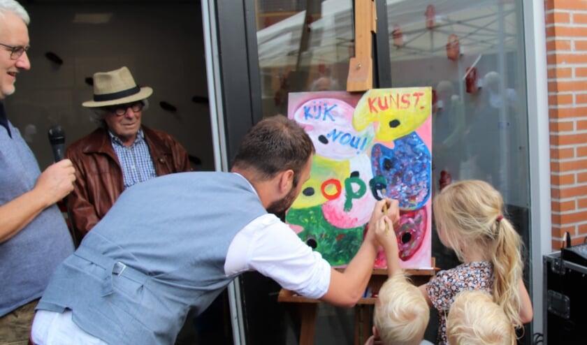 <p>Wethouder Mark van de Bunte kreeg een palet met verf en een kwast om op het welkomstbord het woord 'open' te schilderen. De kinderen van zijn broer wilden hem graag helpen.</p>