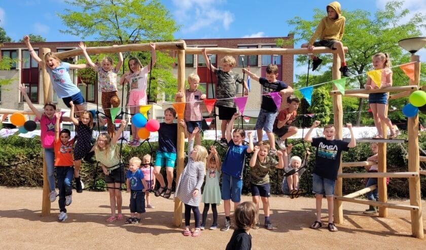 Kinderen uit de wijk Waterland zijn blij met de nieuwe speeltuin 'Speeleiland Waterland'.