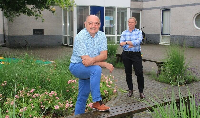 <p>Frans Jongen voor Gezondheidscentrum Eltensehof met op de achtergrond zijn opvolgster Annemarie Bosman.</p>