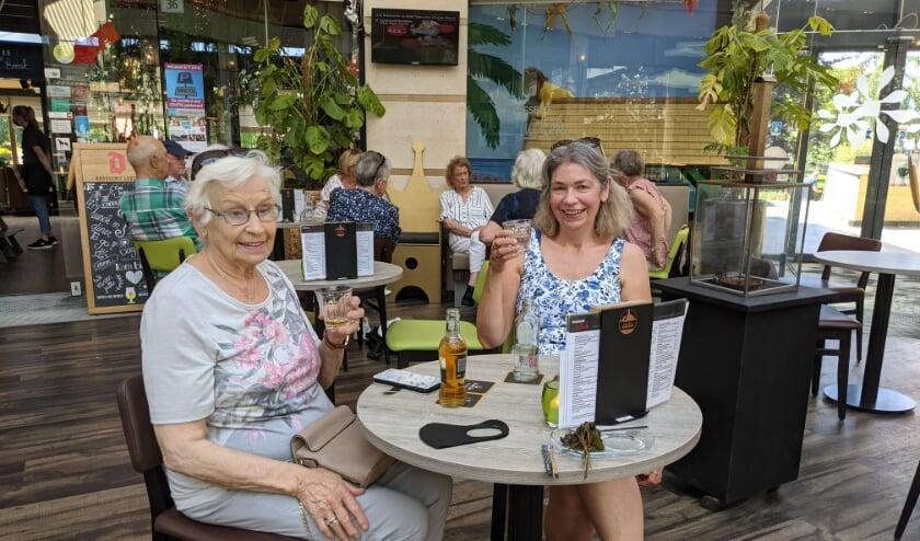 <p>Mantelzorger en moeder, gezellig genietend van een terrasje in Veldhoven.&nbsp;</p>