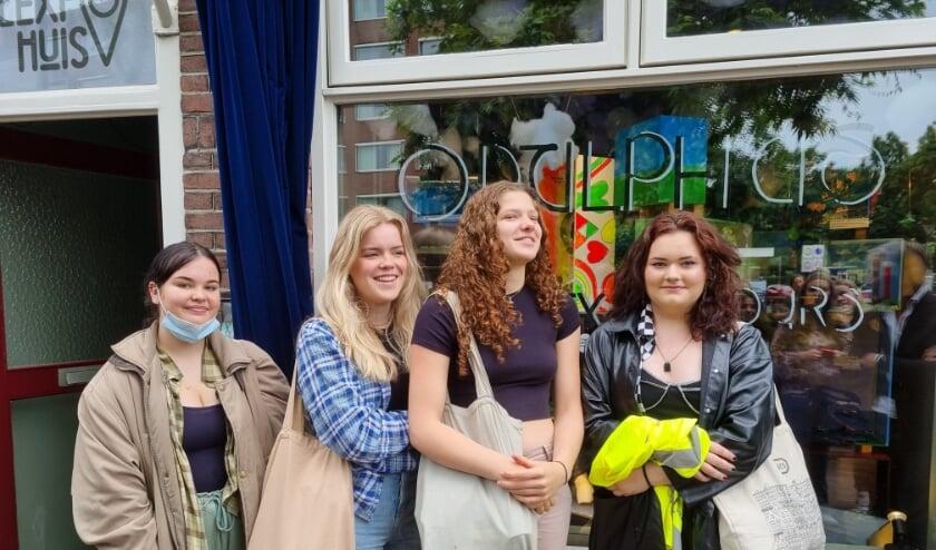 <p>Voor de etalage van het Flexpohuis aan de Noordhoekring, vlnr Sofie Dijkers, Margje Smit, Rosa van der Linden en Pien Wiersma. Tot 31 juli te bezichtigen!</p>