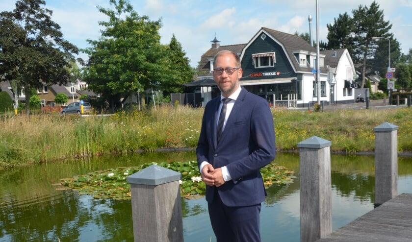 <p>Burgemeester Jan Nathan Rozendaal zoekt jeugd op.</p>