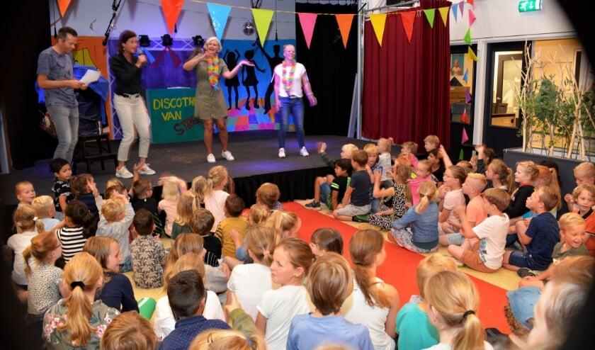 <p>In de school werd een mooi afscheidsprogramma opgezet waaraan de jufs actief moesten deelnemen. (Foto&#39;s: Pieter Vane)</p>