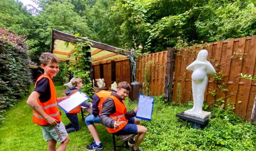 Leerlingen van groep 8 van de Julianaschool Bilthoven krijgen kunstles in atelier de kooi en aangrenzend beeldenlabyrint.