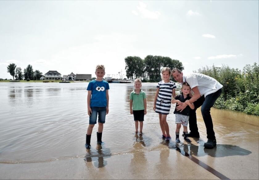 <p>Langs de waterkanten was het dan ook drukker dan normaal. De kinderen Jasper, Gerben, Nienke Wouter en vader Peter Drost vermaakten zich ook prima aan het Elstserse veer.</p>