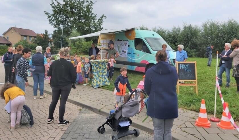 <p>Vrijdagmiddag verzamelden jong en oud zich bij het veld naast de Deken Wehmeijerschool om de plannen voor de Ontmoetingstuin te bekijken.</p>