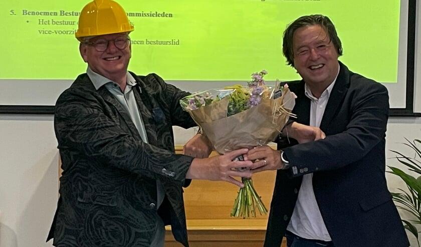 <p>Voorzitter Frans van Helden feliciteert Hendrie van Assem.</p>