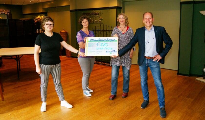 <p>Marjolein Wilting (links) en Arthur Boone van de SSCW reiken de cheque uit aan Marieke Laverman (tweede van links) en Alies Vermeulen.</p>