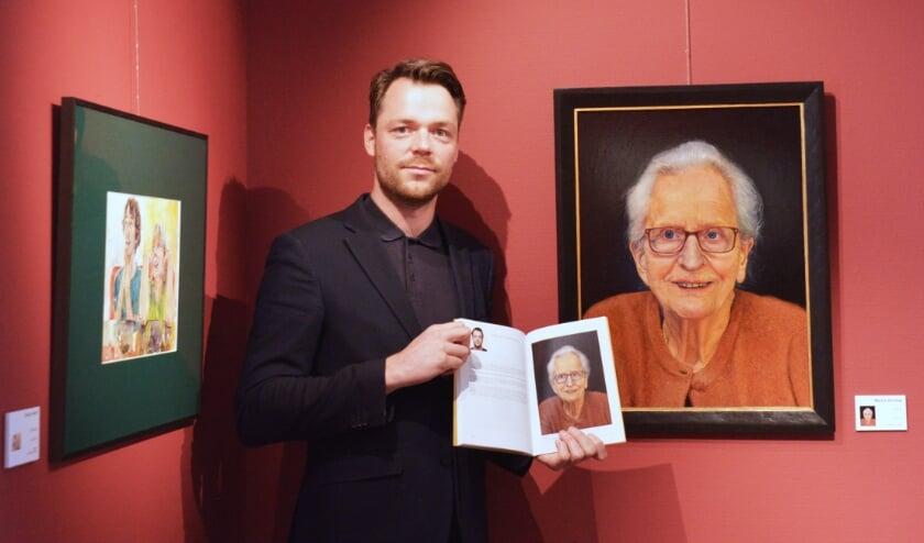 <p>Martijn Versteeg bij het ingezonden portret van zijn oma op Slot Zeist (foto: PR)</p>