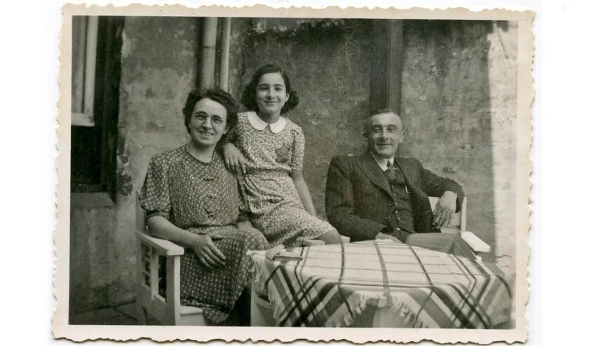 <p>Betty met haar ouders. Het stukje behang waarop ze tijdens hun onderduiktijd elke dag een streepje zetten is onderdeel van de collectie van het Liemers Museum.</p>