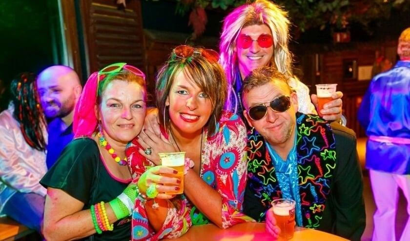 Priscalla, tweede vanaf links en achter haar man Martijn en vrienden tijdens een van de Soulparty's. (Foto: Soulparty)