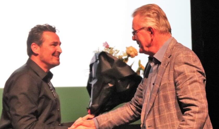 <p>Met een ferme handdruk draagt Peter Groeneveld (r.) het voorzitterschap van de OVN over aan Cor Bouw.</p>