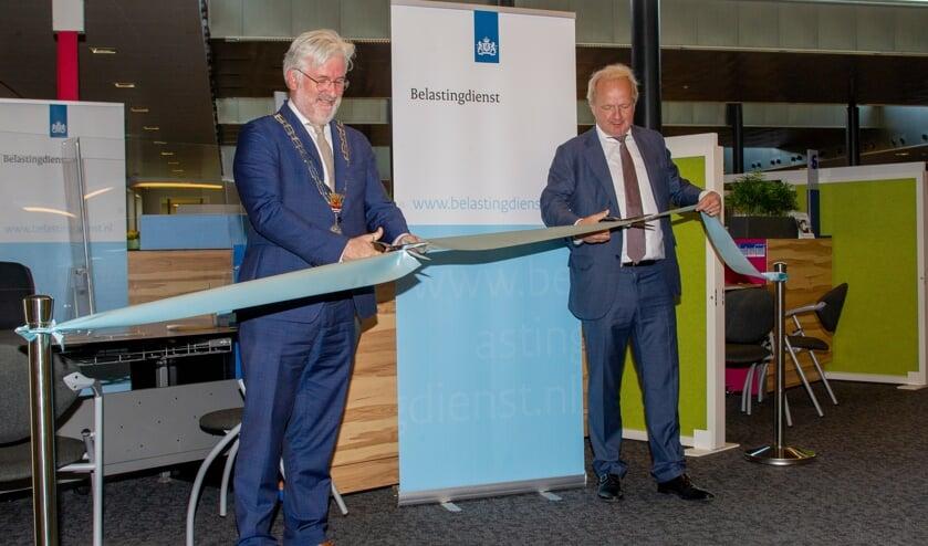 <p>Burgemeester Erik van Merrienboer en directeur-generaal Peter Smink openden in het stadhuis van Terneuzen het eerste van tien nieuwe steunpunten van de Belastingdienst.</p>