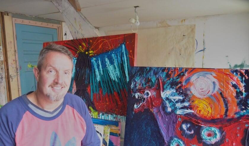 <p>Carl Hoiset in zijn atelier met aan aantal voltooide werken die ook te zien zullen zijn de de Krekul.</p>