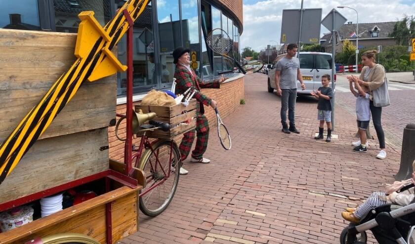 <p>De altijd vrolijke goochelaar Tijs rijdt rond met zijn bakfiets en laat overal zijn verbazingwekkende kunsten zien.</p>