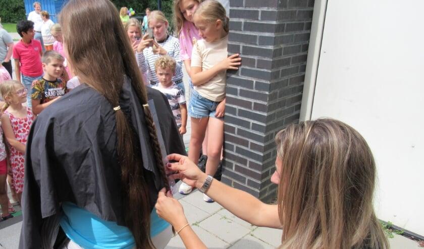 <p>Juf Laura Miedema van groep 6 liet het haar knippen voor Stichting Haarwensen. En de kinderen spaarden geld voor dit goede doel. Eigen foto</p>
